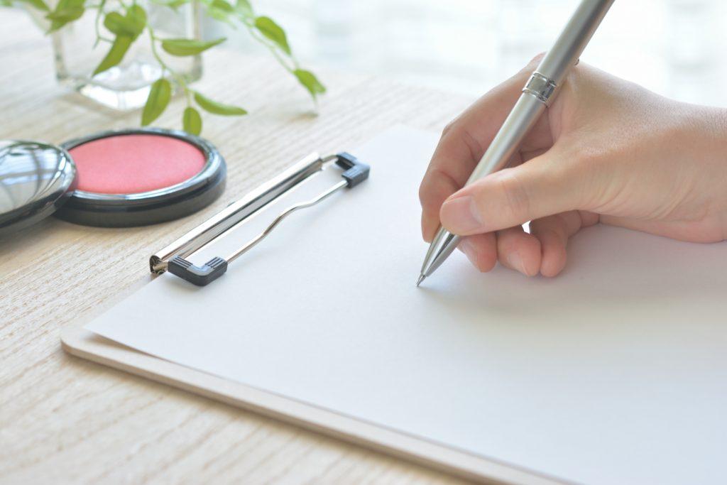 書類を記入する手